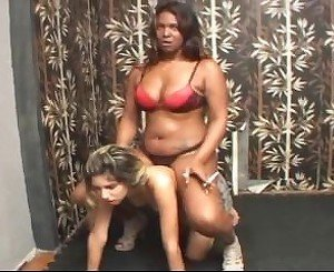 Black Amazon puts all her weight on the small ponygirl