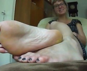 Mature woman shows her beautiful bare feet