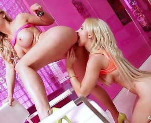 Blonde hotties Alix & Cherie get it on